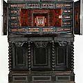 Beau et rare cabinet en ébène sculpté et gravé. époque premier tiers du xviième, piétement postérieur