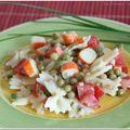 Salade de pâtes, surimi, petits pois et tomates