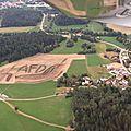 Bavière : croix gammée et afd dans un champ