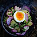 Salade de pommes de terre cuites dans la braise, radis d'hiver et œufs mollets