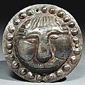 Phalère circulaire ornée au repoussé d'une tête de lion. art sassanide, ive-vie siècle