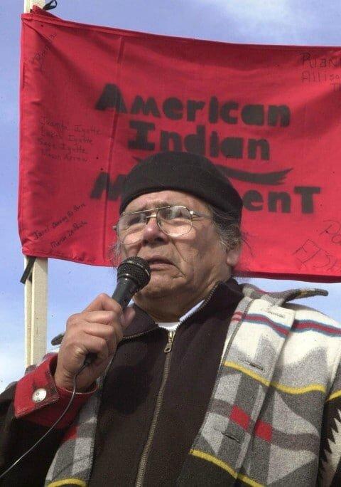 Dennis Banks à la commémoration du massacre de Wounded Knee en 2003