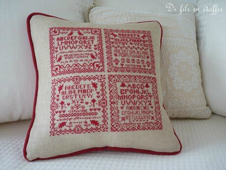Coussin brodé rouge 1