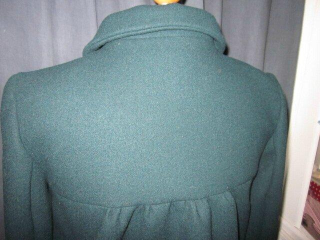 Manteau court EDMEE en lainage vert bouteille - double boutonnage, col claudine, manches trois quart - doublure de satin assortie - boutons recouverts dasn le même tissu - taille 42 (2)