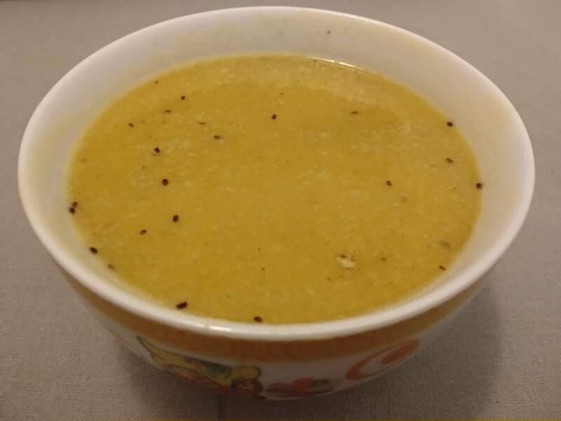 Soupe aux poireaux et pommes de terre au curry et à l'ail noir