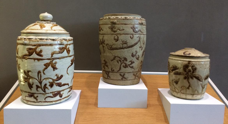Dynastie Trần (1225-1400), XIIIe-XIVe siècles, Grès beige à couverte ivoire et rehauts de brun de fer sur décor champlevé