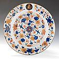 Chine. cie des indes. plat rond en porcelaine décoré dans la palette imari, xviiième siècle