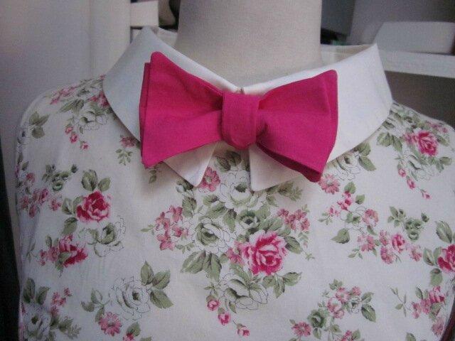 Robe GERMAINE en coton fleuri rose sur fond écru - Découpes princesse pour le haut, jupe froncée pour le bas - col et pied de col en coton écru - fermeture visible fushia dans le dos (10)