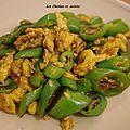 Recette chinoise: piment vert doux sauté avec des oeufs.