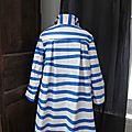 Ciré esprit marinière en coton enduit à rayures vagues horizontales bleues noué d'un lien réalisé dans le même tissu (5)