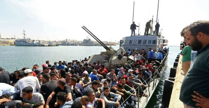 pres-de-500-migrants-dont-277-marocains-entasses-sur-une-seule-embarcation-ont-ete-interceptes-par-les-garde-cotes-libyens-mercredi-10-mai-2017-arrivent-a-tripoli_5876857-696x360