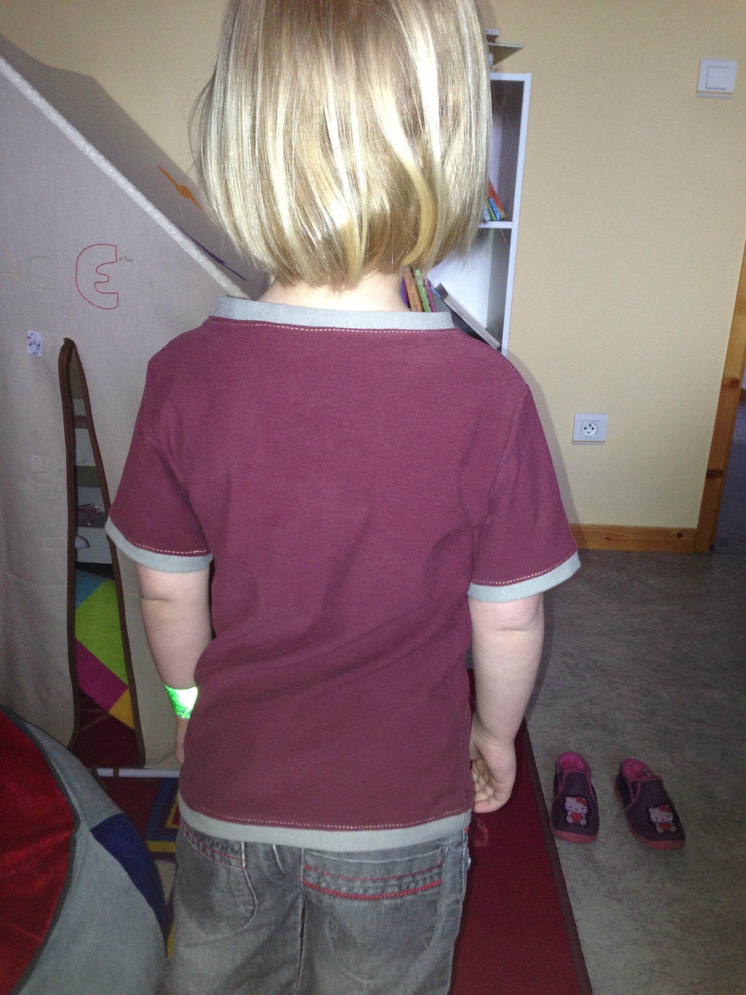 De dos ; ce sont de vieux tee-shirts de mon papa recyclés