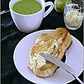 Velouté de petits pois aux amandes & tartines grillées au beurre de citron vert