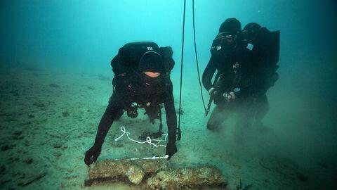 deux-plongeurs-demineurs-du-cephismer-s-activent-autour-de-plusieurs-obus-de-la-seconde-guerre-mondiale-au-large-de-marseille-le-2-fevrier-2016_5727097