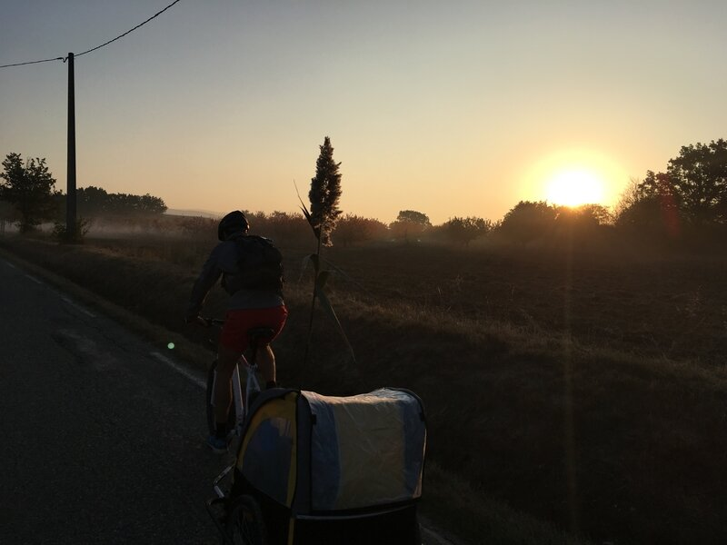 Sur les routes de Provence au lever du soleil