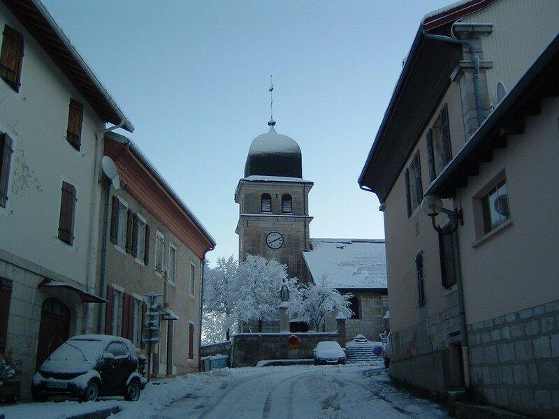 La rue de l'église avec le clocher
