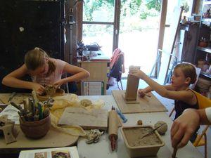 Clara lisse un vase à la plaque pendant que Lotte termine son château fort