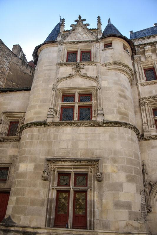 Poitiers, Hôtel Fumée et les Légendes Poitou - Mélusine, licorne et le dragon (5)