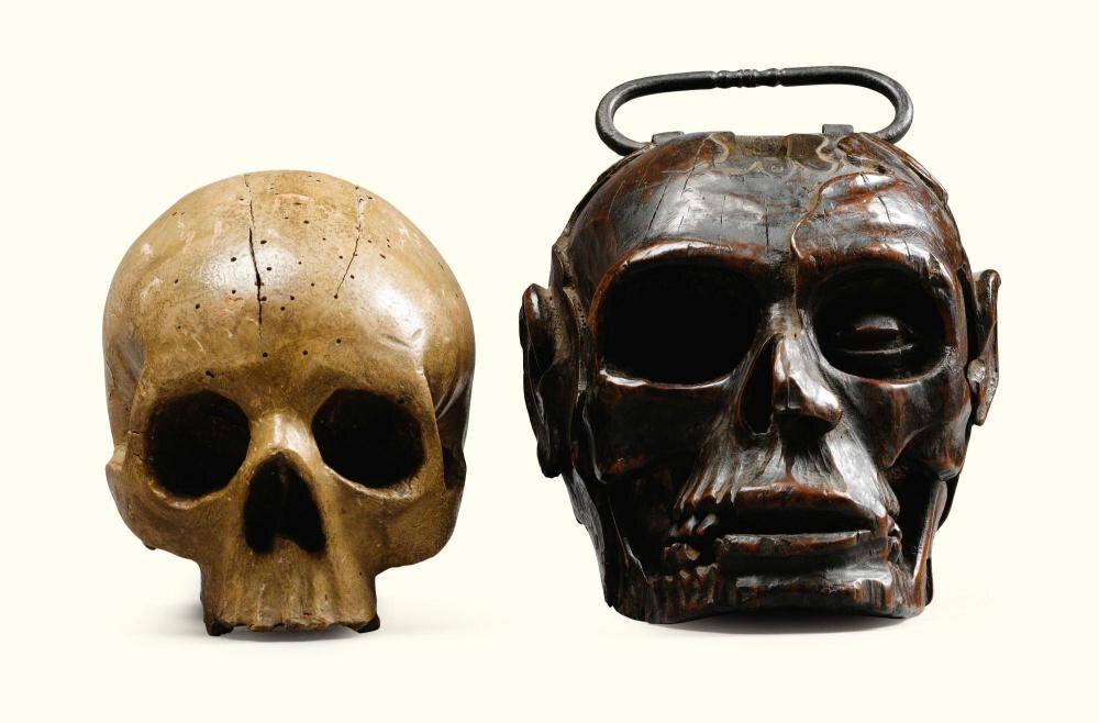 Deux crânes en bois sculpté, l'un fin XVIIe siècle, le second XIXe siècle