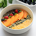 Smoothie bowl au kaki, mangue et flocons de quinoa