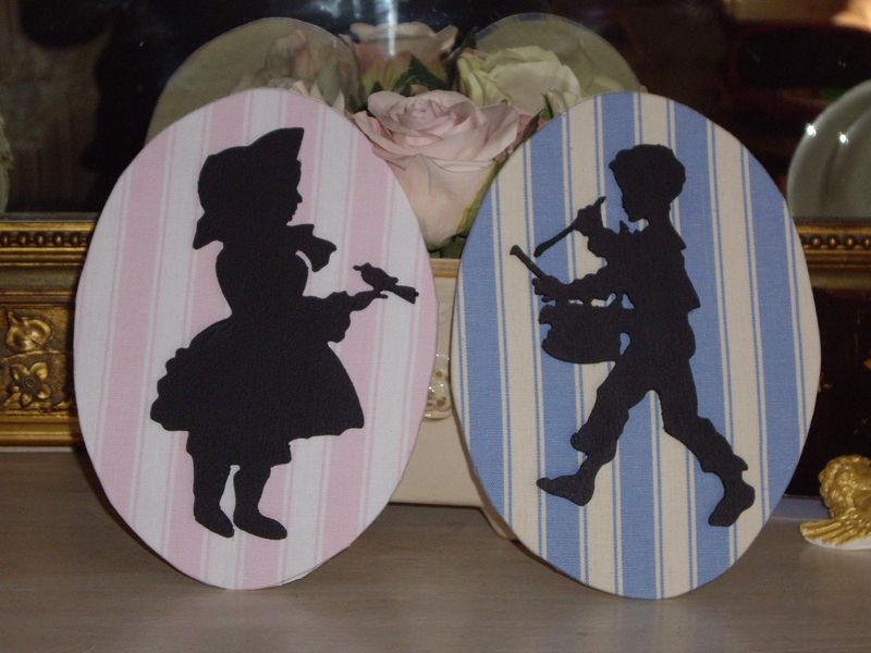 Petite fille à l'oiseau et petit garçon au tambourin.