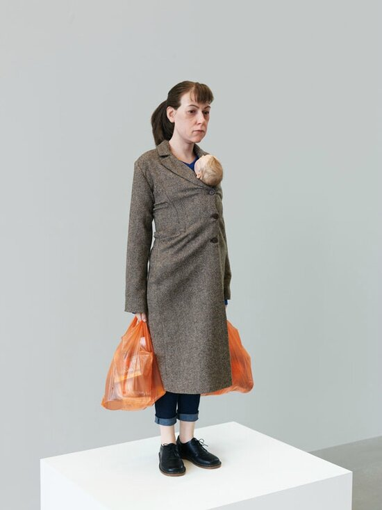mueck_2013_woman-with-shopping_0123-494DwK