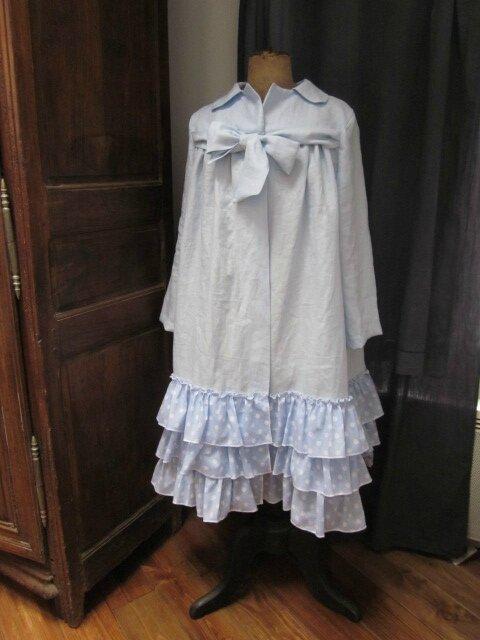 Manteau d'été en lin ciel noué d'un lien dans le même tissu et orné en bas de 3 volants de voile de coton ciel à pois blancs (4)