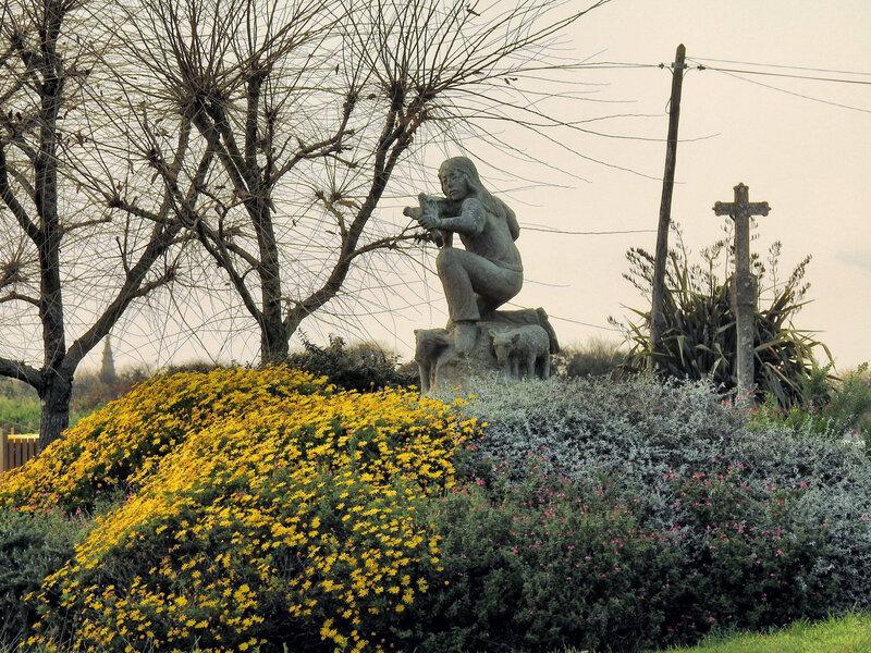 Ch38 - Non au nucléaire à Plogoff - La sculture de l'enfant au lance-pierre à Trogor en 2020