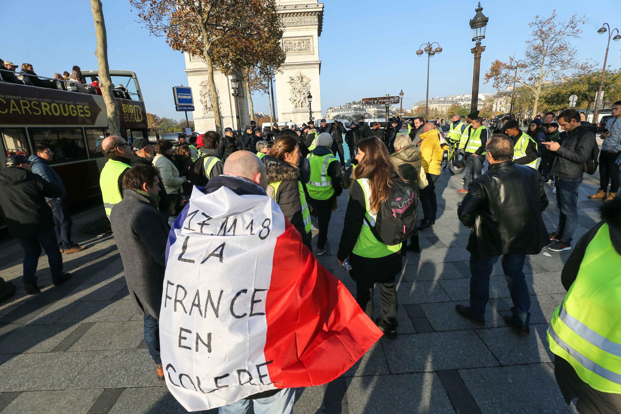 Les gilets jaunes bloquent la place Charles-de-Gaulle. © Michel Stoupak. Sam 17.11.2018, 10h04m33.