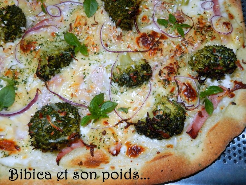 Pizza blanche au brocoli, jambon et emmental gros plan