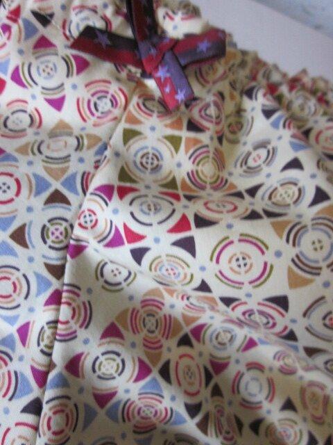 Culotte BIANCA en coton imprimé patch multicolore - coton imprimé patch et coton uni beige dans le dos - noeud rouge et violet à étoiles devant et sur les fesses (4)