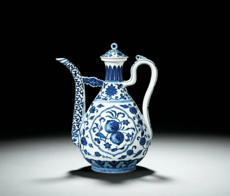 A Ming-style blue and white ewer and cover, Seal mark and period of Qianlong (1736-1795)