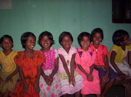 Nitu_Rupa_in_middle_with_other_children_in_Hostel