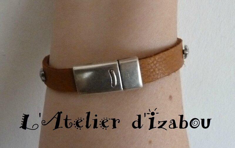 P1150722 Bracelet artisanal homme-femme cuir camel et rivet étoiless striées, fermoir aimanté