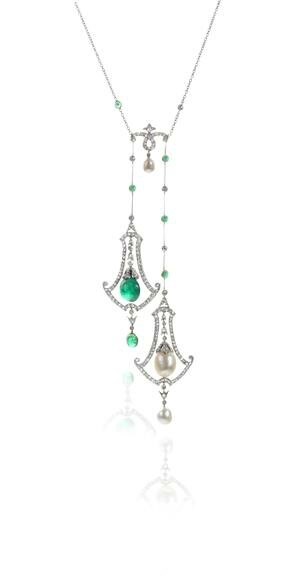 A BELLE ÉPOQUE NATURAL PEARL, EMERALD AND DIAMOND Lavallière CIRCA 1905