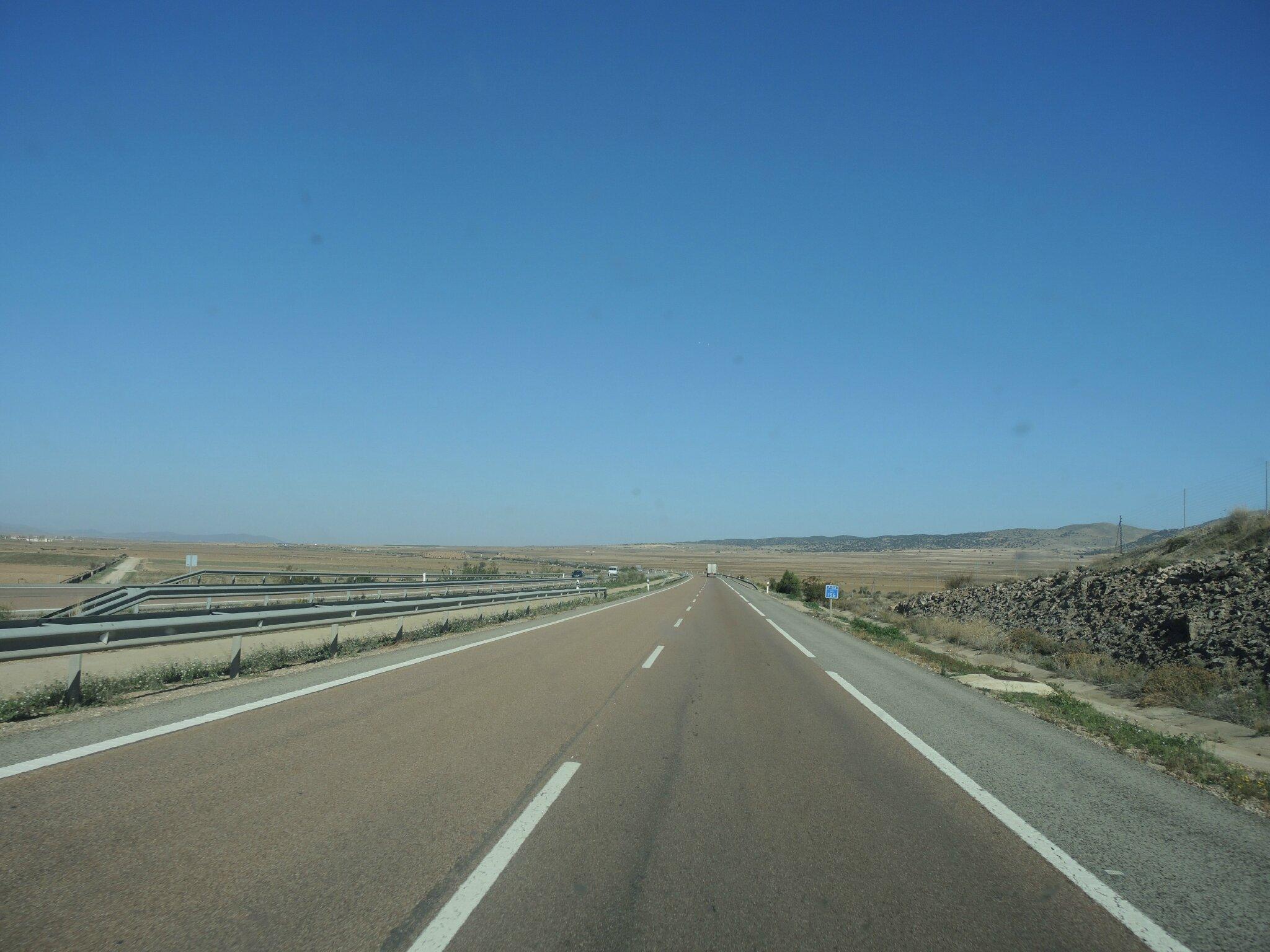 Autoroute espagnole, ligne droite en Aragon (Espagne)