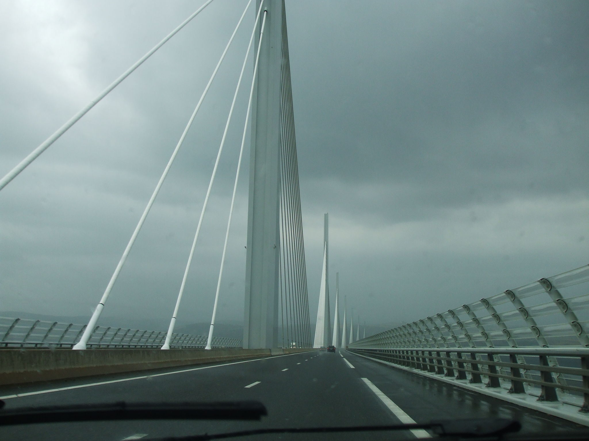 sur le viaduc de Millau un soir d'orage