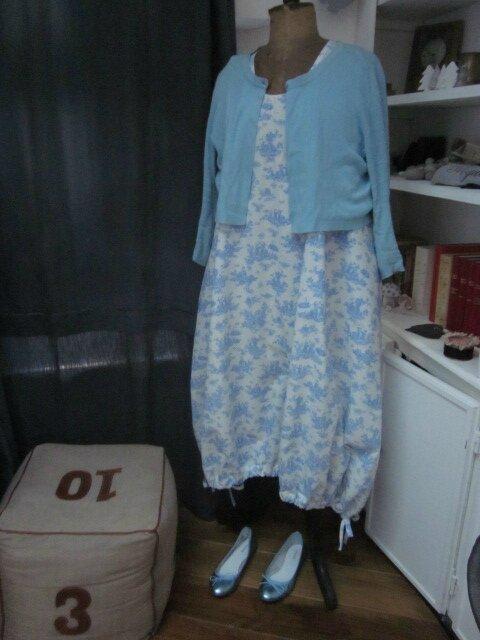 Robe HENRIETTE en coton écru imprimé toile de Jouy bleu (10)