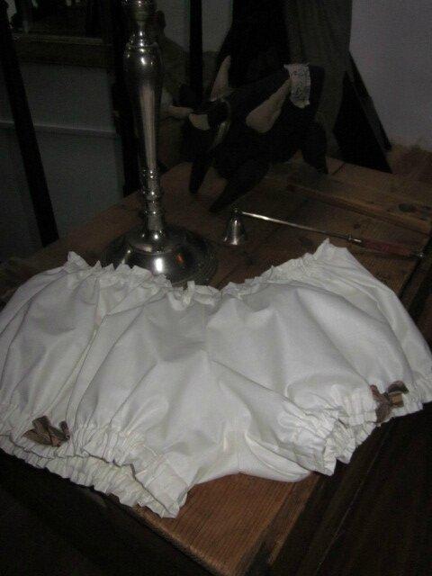 Culotte en coton écru et petits noeuds bruns sur les cuisses - A associer avec la guimpe Bleuette pour en faire une jolie tenue de plage ou un superbe pyjama (4)