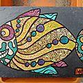 Un poisson sur une ardoise.