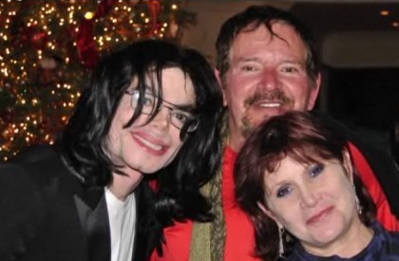 Michael-With-Good-Freinds-Carrie-Fisher-And-Longtime-Dermatologist-Allen-Klein-michael-jackson-32911592-399-261