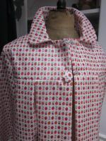 Ciré AGLAE en coton enduit blanc imprimé fraises et cerises fermé par 2 pression dissimulés sous 2 boutons recouverts (5)