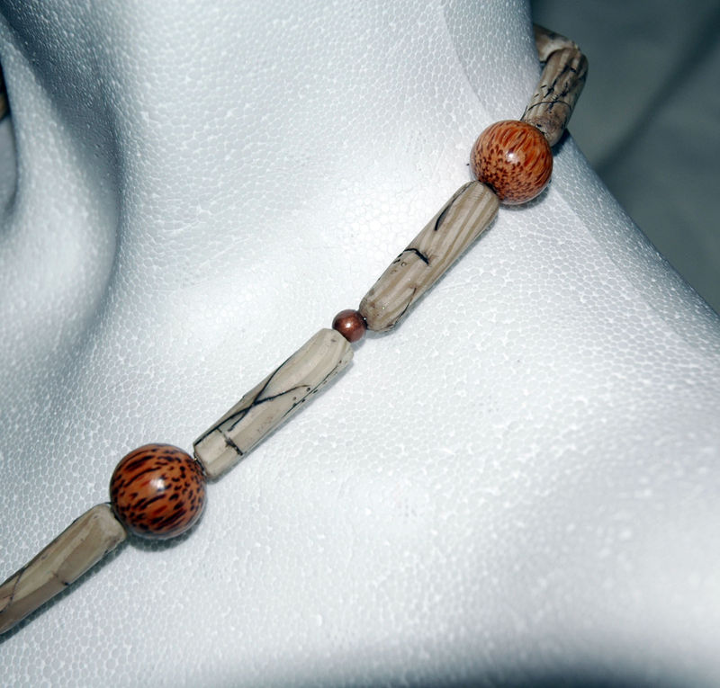 Bones_and_wood_collier_en_pâte_fimo_détail_2