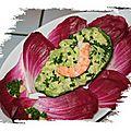 Avocat aux crevettes sur son lit de feuilles carmines
