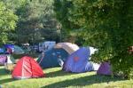 14-Camping-de-la-Plage-Alpes-Vercors-et-Trièves-Plaisirs-du-camping-sous-tente-avec-vue-sur-le-lac