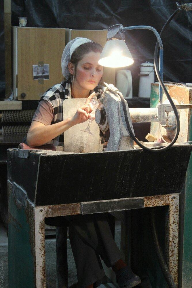 Glass engraver at work 1_Daaram_FB-min