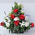 Jardinière de fausses fleurs de roses rouge et blanches