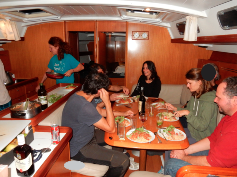 Dîner à bord à Porto Germano flouté 221219