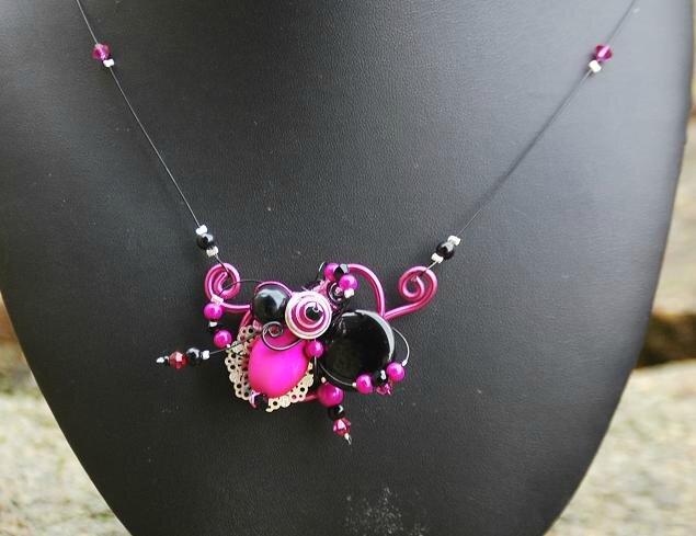 collier sur fil rose et noir 17 euros