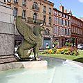 Un des griffons de la fontaine